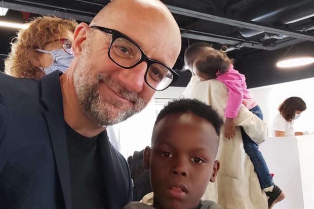 Il responsabile politiche migratorie di Caritas italiana Oliviero Forti con uno dei bimbi arrivati - Caritas italiana
